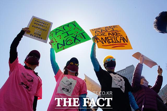21일(현지시간) 미국 뉴욕의 맨해튼 자치구 차이나타운 내 콜럼버스 공원에서 시위대가 아시아계 미국인에 대해 늘어나는 증오와 폭력에 반대하는 집회에 참여해 손팻말을 들고 있다. /뉴욕=AP.뉴시스