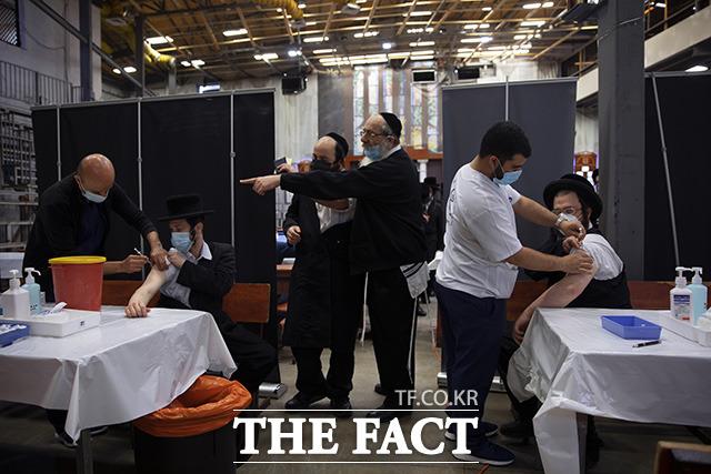 이스라엘의 코로나19 백신 1차 접종자는 전체 인구(약 930만 명)의 55.4%에 달하며, 2차 접종자는 인구의 48.6%인 452만여 명이다.