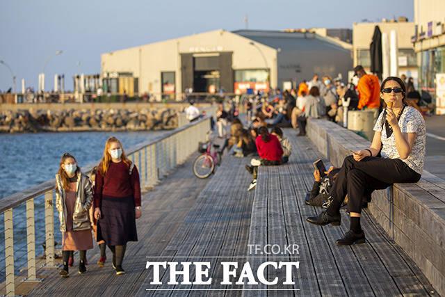 이스라엘의 코로나19 백신 2회 접종 완료자 비율이 50%에 육박하고 확진자 수가 감소하고 있는 가운데 이스라엘 텔아비브의 지중해 연안 산책로에서 시민들이 여유로운 일상을 즐기고 있다. /텔아비브=AP.뉴시스
