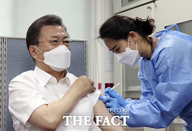 문재인 대통령이 23일 오전 서울 종로구보건소에서 아스트라제네카(AZ)사의 코로나19 백신을 접종하고 있다. /뉴시스