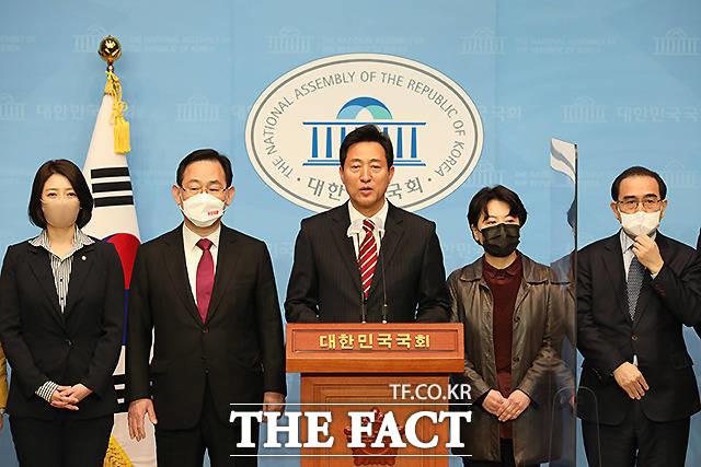 오세훈 국민의힘 서울시장 후보(가운데)가 22일 오전 서울 여의도 국회 소통관에서 기자회견을 하고 있다. /남윤호 기자