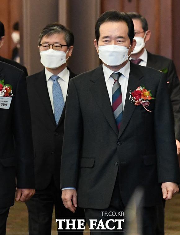 건설기술인의 날 행사 참석한 정세균 국무총리(오른쪽)와 변창흠 국토부장관