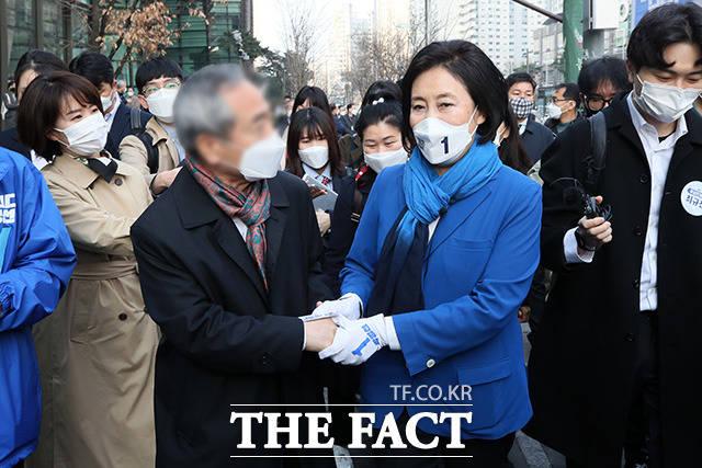 시민들에게 지지 호소하는 박 후보.