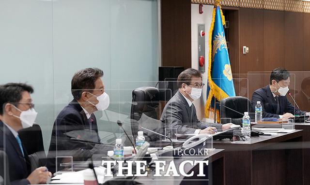 NSC는 25일 오전 서훈 국가안보실장 주재로 긴급회의를 열고 북한의 단거리 발사체 발사에 대한 깊은 우려를 표했다. 서 실장이 지난해 12월 16일 청와대 국가위기관리센터에서 국가사이버안보정책조정회의를 주재하는 모습. /청와대 제공