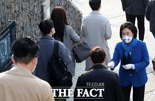 신도림역에서 출근 인사 하는 박 후보.