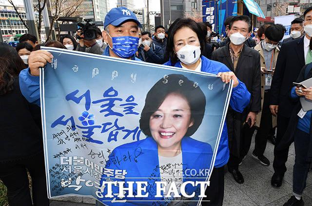 지지자들의 응원 받는 박 후보.