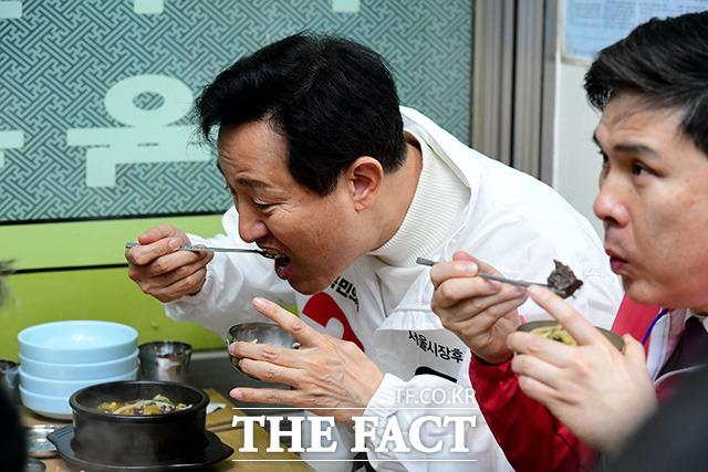 시장에서 국밥으로 식사를 마친 뒤.