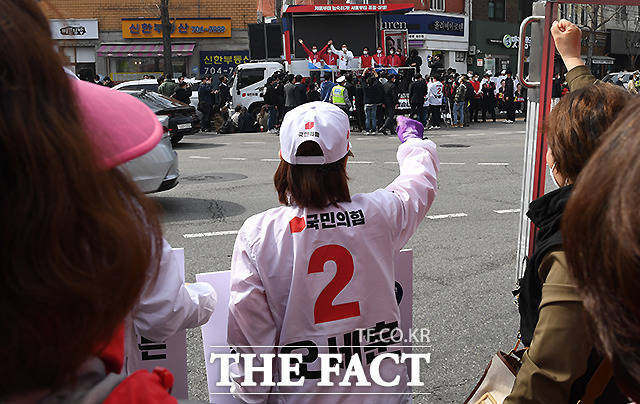 오세훈 응원하는 선거운동원들.