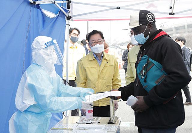 박범계 법무부 장관이 안산 단원보건소 선별검사소를 방문하여 코로나19 방역 현황을 점검하고 있다. /법무부 제공