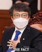 의원 배지 달고 국회 입성한 김의겸 [TF사진관]
