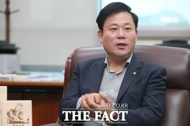 광주의 8개 지역위 조직이 민주당의 텃밭인 광주에 연고를 둔 서울, 부산의 지인을 찾아 전화하는 선거운동을 진두지휘하고 있는 민주당 광주시당위원장 송갑석 의원(서구 갑). 송 의원은 전국의 당원이 백병전에 다름없는 사투를 벌이고 있다고 긴박한 상황을 밝혔다./ 민주당 광주시당 제공