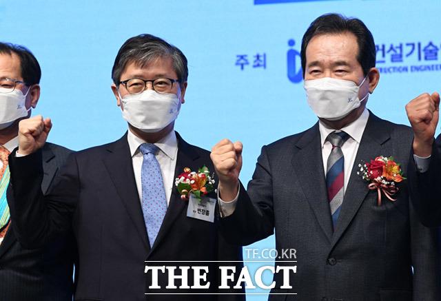 정세균 국무총리(오른쪽)와 변창흠 국토부장관이 지난 24일 오후 서울 강남구 임페리얼팰리스 호텔에서 열린 건설기술인의 날 행사에 참석해 기념촬영을 하고 있다/임세준 기자