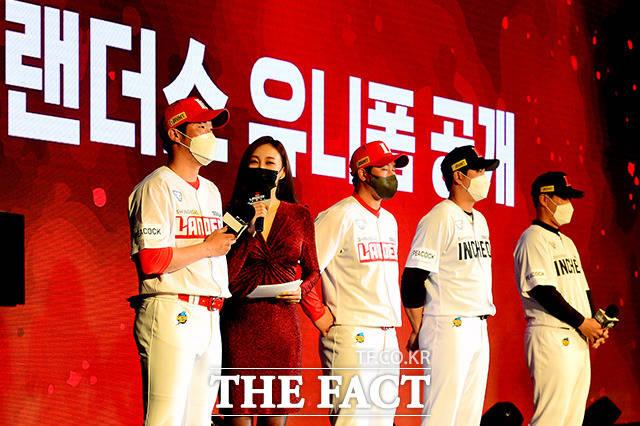 질문에 답하는 SSG 랜더스 투수 박종훈(왼쪽)