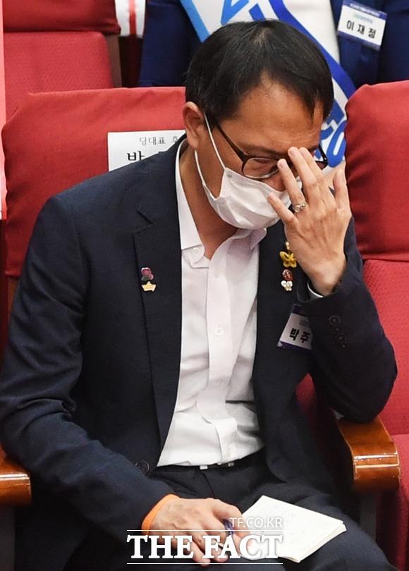 박주민(사진) 의원은 임대료 인상 논란에 대해 사과했다. 그러나 민주당을 탈당한 금태섭 전 의원은 전·월세상한제에 앞장선 의원이 정작 본인은 법 통과 전 대폭 임대료를 올렸으니 적반하장 아니냐는 것이라고 저격했다./이새롬 기자