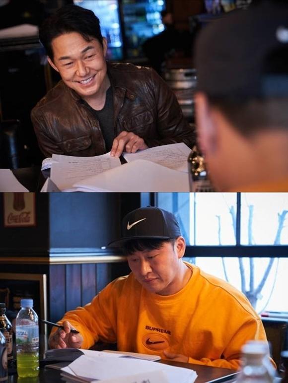박성웅(위쪽) 오대환이 더 와일드로 연기 호흡을 맞춘다. 이들은 각각 우철과 도식에 분해 관객들의 마음을 사로잡을 계획이다. /제이앤씨미디어그룹 제공