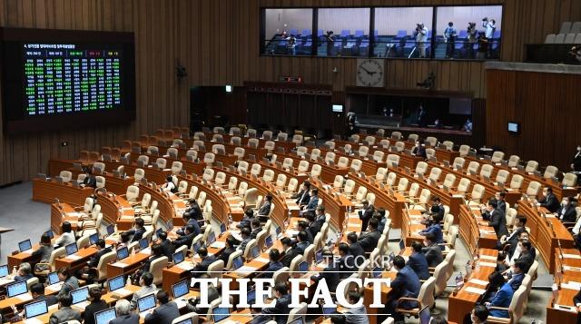 지난해 임대차 3법을 강행 처리했던 민주당은 소속 의원들의 임대료 대폭 인상 논란으로 비판받고 있다. 지난 7월 30일 국회 본회의에서 주택임대차보호법 일부개정법률안과 상가건물 임대차보호법 일부개정법률안이 미래통합당(국민의힘) 의원들이 퇴장한 가운데 가결되는 모습. /배정한 기자