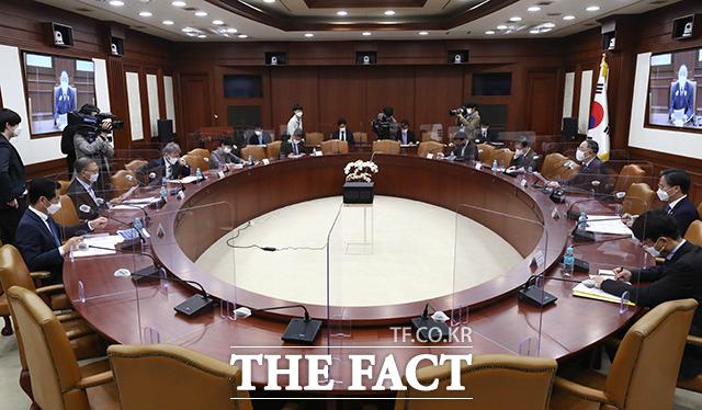 홍남기 경제부총리 겸 기획재정부 장관이 혁신성장 BIG3 추진회의를 주재하고 있다.