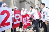 선거운동원과 인사하는 오세훈 [포토]