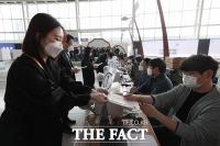 '4.7 보궐선거 사전투표 D-1'...모의시험 진행되는 사전투표소 [TF사진관]