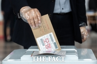 기표함에 들어가는 모의 투표용지 [포토]