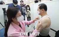 코로나19 백신 접종 받는 보건의료단체장들 [TF사진관]