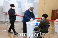 '민심의 향방은?'…4.7 재보궐선거 사전투표하는 시민들 [TF사진관]