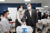 사전투표 하는 문재인 대통령과 김정숙 여사 [TF사진관]