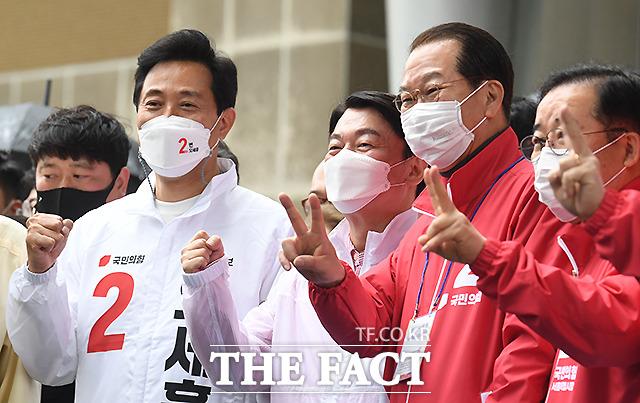 오세훈 국민의힘 서울시장 후보(왼쪽)가 3일 오후 서울 용산역 앞 광장에서 지원 유세 나온 안철수 국민의당 대표, 권영세.박성중 국민의힘 의원(왼쪽부터) 등과 함께 포즈를 취하고 있다. /이새롬 기자
