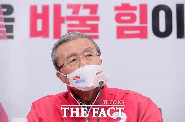 더불어민주당은 4일 김종인(사진) 국민의힘 비상대책위원장이 김영춘 민주당 부산시장 후보를 성폭력 후계자라고 지칭한 것에 대해 받아들일 수 없는 언어폭력이라고 비판했다. /남윤호 기자