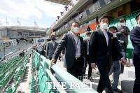 SSG 개막전 앞두고 경기장 찾은 '용진이형' 정용진 [포토]