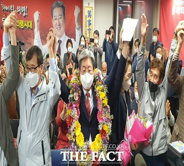 오태완 의령군수 당선인(가운데)이 당선이 확정된 후 화환을 목에 걸고 자축하고 있다./의령=이경구 기자