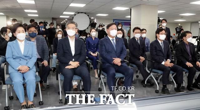 더불어민주당 중앙당사에서 출구조사 결과 발표 기다리는 김태년 당대표 직무대행과 당직자들.