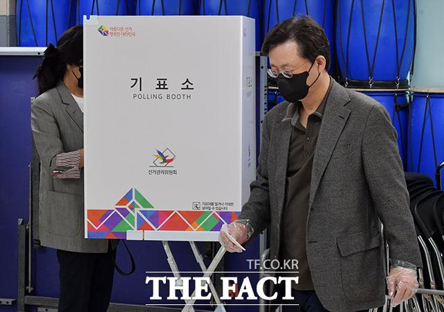 우병우 전 청와대 민정수석과 아내 이민정 씨가 4.7 재보궐선거일인 7일 오후 서울 강남구 압구정초등학교에 마련된 압구정 제3투표소에서 투표를 하고 있다. /이덕인 기자