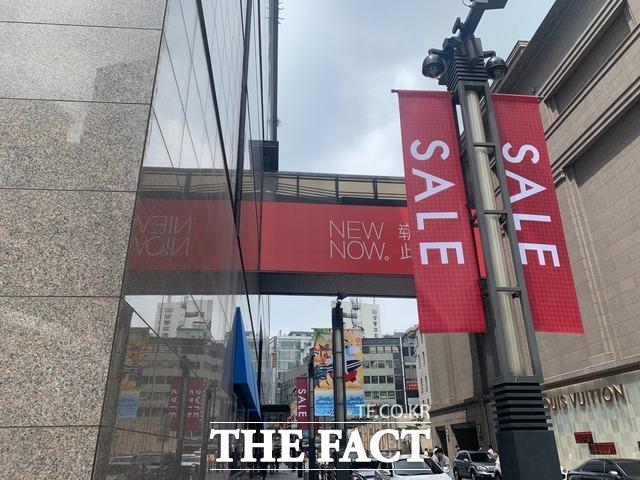 지난 2일 서울 시내 한 백화점에 세일 플래카드가 걸려있다. /한예주 기자