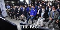 오세훈 출구조사 우세에 침통한 박영선 캠프 [TF사진관]
