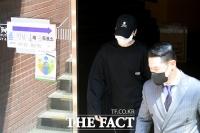 4.7 재보선 투표 마치고 나오는 방탄소년단 슈가 [포토]