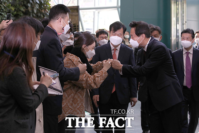 제38대 서울특별시장에 당선된 오세훈 시장이 8일 오전 서울 중구 서울시청으로 첫 출근하면서 직원들과 인사를 나누고 있다./이동률 기자