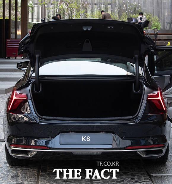 기아자동차의 준대형 세단 K8이 공식 출시된 8일 오후 서울 강남구 압구정동 KIA BEAT360에 K8이 전시돼 있다. /이동률 기자