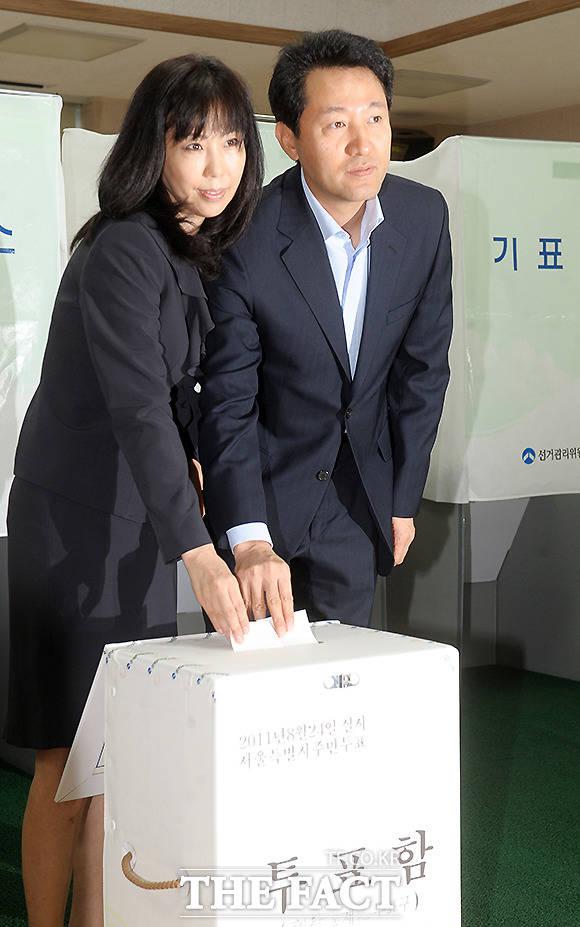 오세훈 서울시장(오른쪽)과 부인 송현옥 씨이 서울시 무상급식 주민투표일인 2011년 8월 24일 오전 혜화동 자치회관에 마련된 종로구 혜화동 제2투표소에서 투표를 하고 있다. /이효균 기자