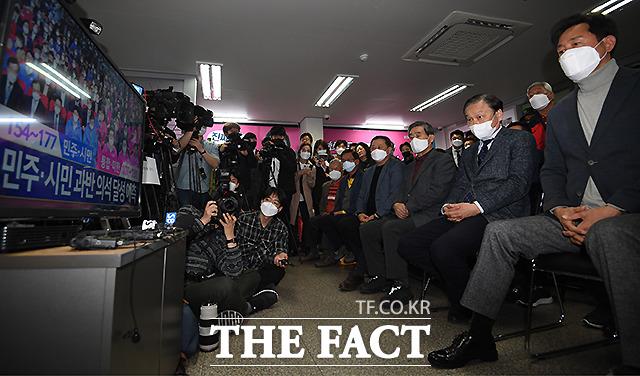 제 21대 국회의원 선거일인 지난해 4월 15일 서울 광진을에 출마한 오세훈 미래통합당 후보가 서울 광진구 선거사무소를 찾아 방송사의 출구 조사 결과를 지켜보고 있다. /이새롬 기자