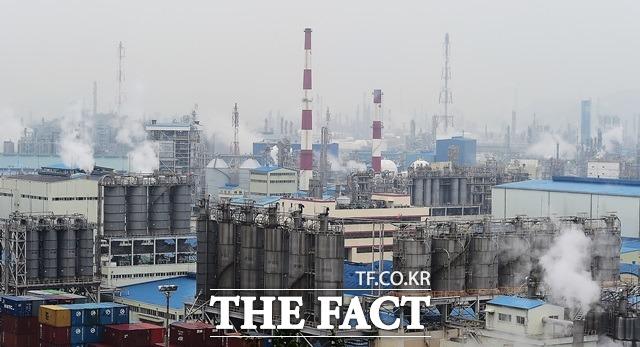 8일 에프앤가이드에 따르면 석유화학 기업들은 올해 1분기에 어닝 서프라이즈를 예고하고 있다. /더팩트 DB