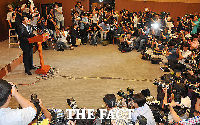시장직을 걸고 주민투표에 임했던 오세훈 시장이 2011년 8월 24일 서울시청 개표상황실에서 입장 표명을 발표하고 있다. /문병희 기자
