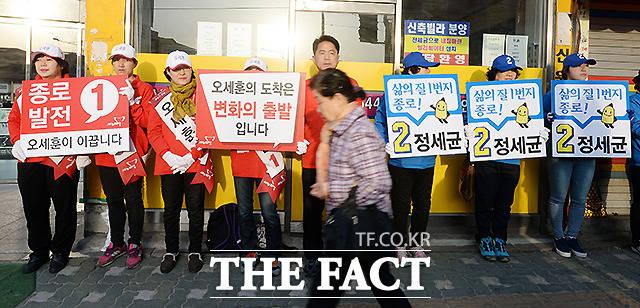 제20대 총선 선거운동 첫날인 2016년 3월 31일 오전 서울 종로에 출마한 오세훈 새누리당 선거운동원과 정세균 더불어민주당의 선거운동원들이 동묘역에서 주민들의 지지를 호소하고 있다. /임영무 기자