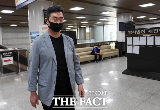 범인도피 혐의를 받는 전 웅동학원 사무국장 조모 씨(조국 전 법무부 장관의 동생, 사진)의 공범이 필리핀에 간 내막을 놓고 법정 공방이 벌어졌다. /남용희 기자