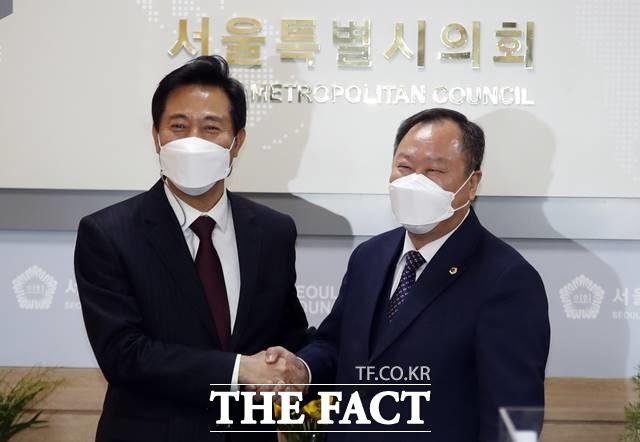 오세훈 서울시장(왼쪽)과 김인호 서울시의회 의장이 8일 오전 서울시의회 본관에서 악수를 하고 있다. /뉴시스