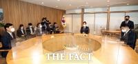'첫 출근후 주요 사업 인수인계'받는 오세훈 시장 [TF사진관]