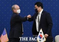 한미 방위비분담금 정식 서명, '팔꿈치 인사' [TF사진관]