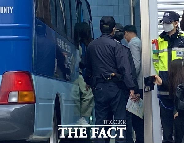 자신의 동생을 방치해 숨지게 한 혐의로 재판에 넘겨진 김모(22)씨는 9일 오후 대구지법 김천지원에서 첫 재판을 받기 위해 호송차에서 내리고 있다./사진=이성덕 기자