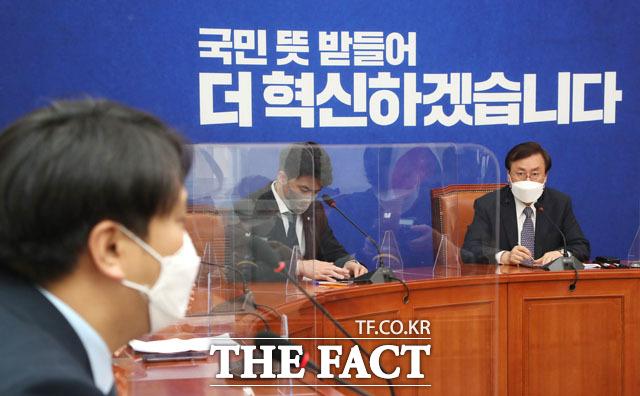 더불어민주당 도종환(오른쪽) 비상대책위원장이 9일 서울 여의도 국회에서 오영환, 장철민, 장경태, 이소영, 전용기 의원 등 2030 의원들과 간담회를 하고 있다. /남윤호 기자