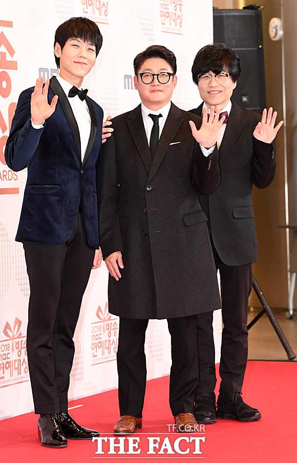 카이(왼쪽)가 2018년 12월 서울 상암동 MBC 사옥에서 열린 '2018 MBC 방송연예대상 포토타임에서 김현철, 유영석과 함께 포즈를 취하고 있다. /더팩트 DB